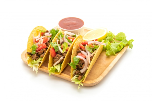 Taco's met vlees en groenten geïsoleerd op een witte achtergrond