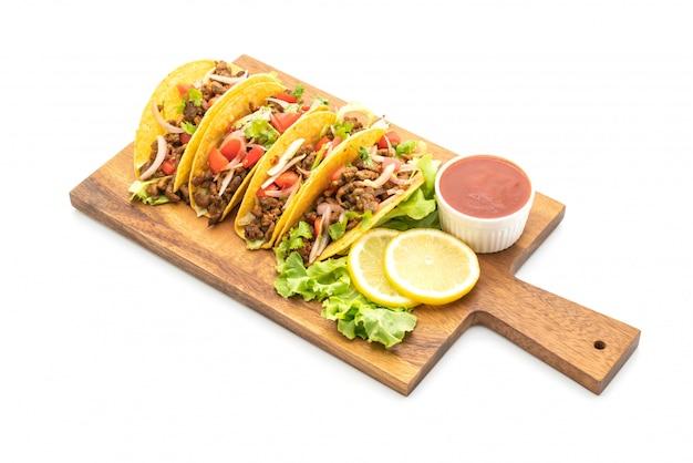 Taco's met vlees en groenten geïsoleerd
