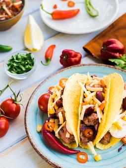 Taco's op het bureau in de buurt van groenten
