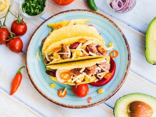 Taco's op plaat dichtbij groenten