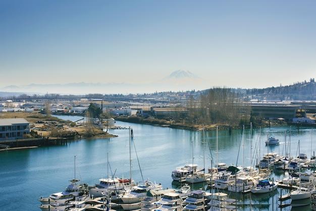 Tacoma, washington, vs. maart 2021. puget sound yachts en rainier volcano view