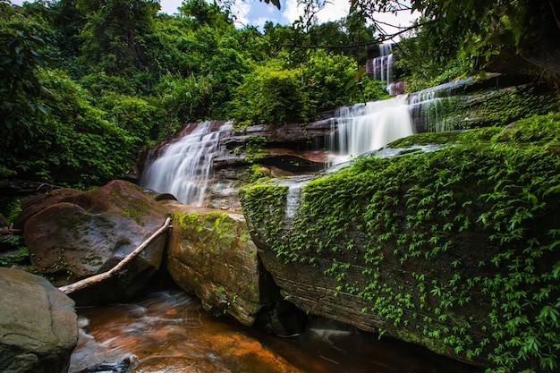 Tad-wiman-thip waterval Premium Foto