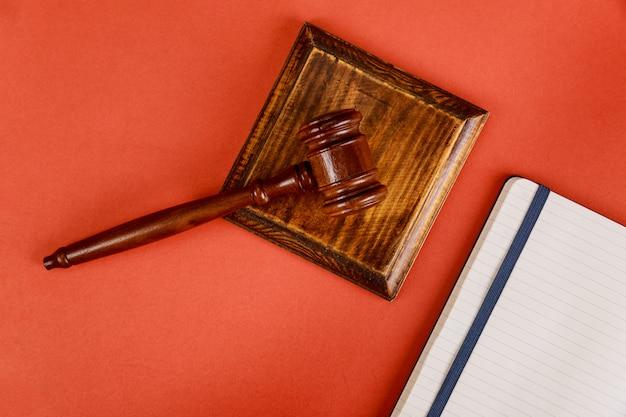Tafel advocatenkantoor levert rechter bureau met houten rechters hamer een notitieboekje