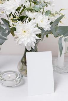 Tafel arrangement met bloemen