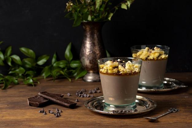 Tafel arrangement voor mousse dessert
