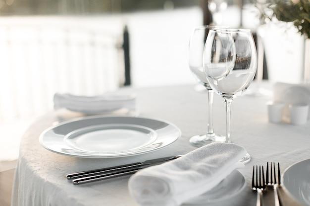 Tafel bij restaurant op licht voor een bruiloft, romantisch diner of feest