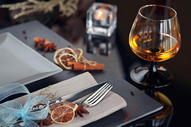 Tafel couvert met vakantie decoratie. romantisch diner.