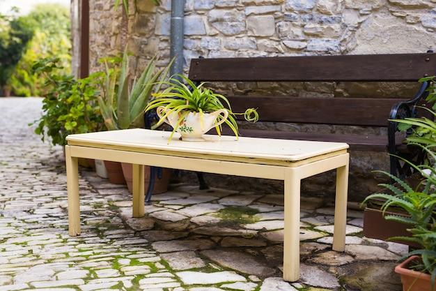 Tafel en bank in de achtertuin.