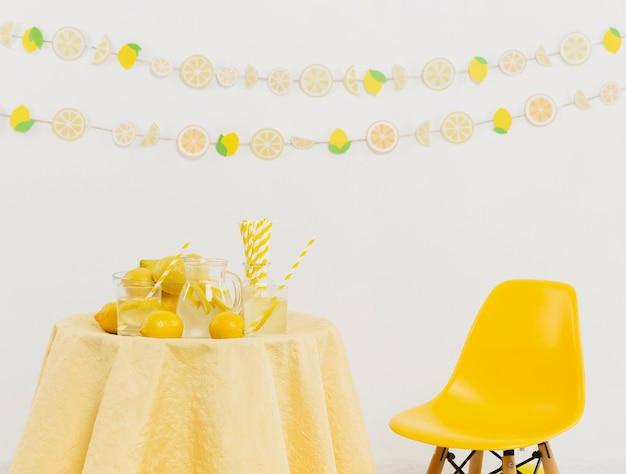 Tafel en stoel met citroenen en slingers