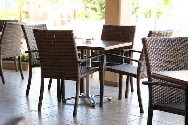Tafel en stoelen buiten het restaurant terraã'â e