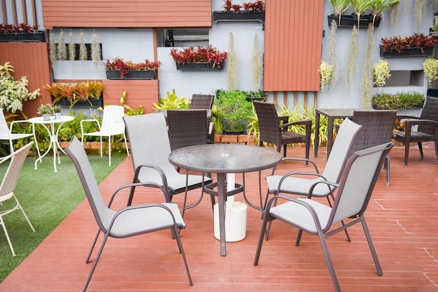 Tafel en stoelen openluchtrestaurant reeks eettafel op groen gras