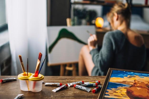 Tafel en vrouwelijke artiest