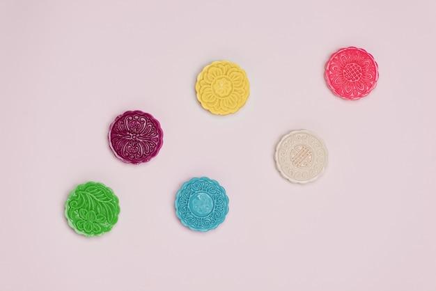 Tafel feest instelling. traditionele mid herfst festival kleurrijke mooncakes.