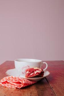 Tafel gedekt met koekjes en kopje koffie