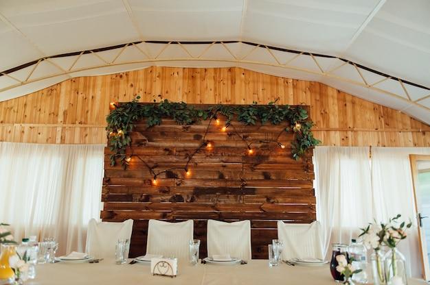 Tafel gedekt voor bruiloft of een ander verzorgd evenement