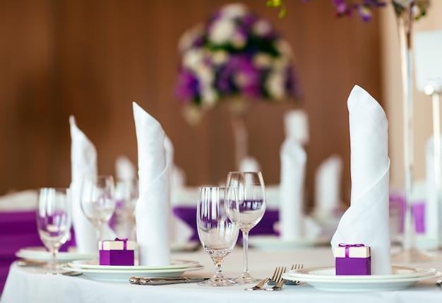 Tafel gedekt voor bruiloft of een ander verzorgd evenementendiner.