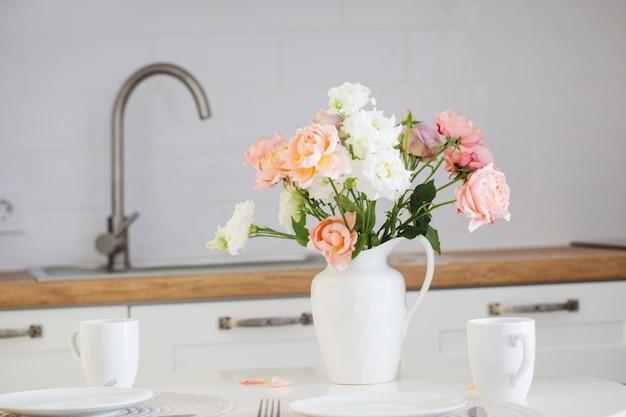Tafel geserveerd met een boeket rozen