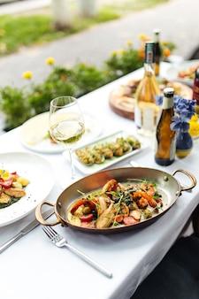 Tafel geserveerd met italiaanse zeevruchten in een pan