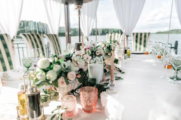 Tafel geserveerd voor het bruiloftsfeest