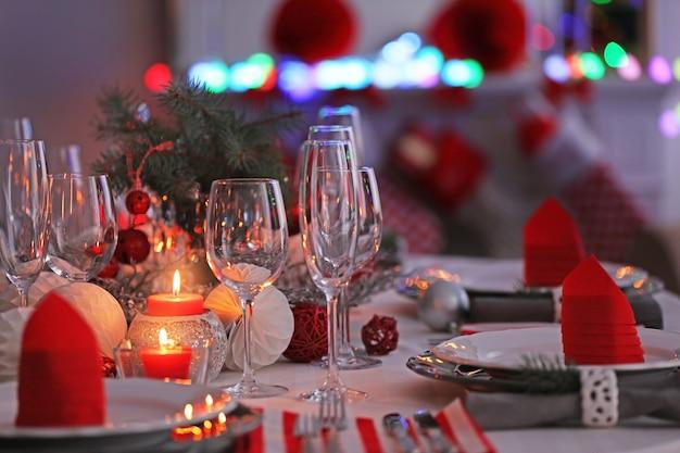 Tafel geserveerd voor het kerstdiner, close-up uitzicht