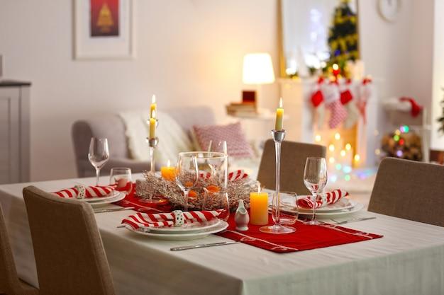 Tafel geserveerd voor het kerstdiner in de woonkamer, close-up uitzicht