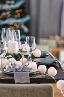 Tafel geserveerd voor het kerstdiner in de woonkamer