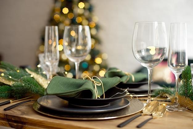 Tafel geserveerd voor kerstdiner in de woonkamer, close-up weergave, tabel instelling, kerstversiering