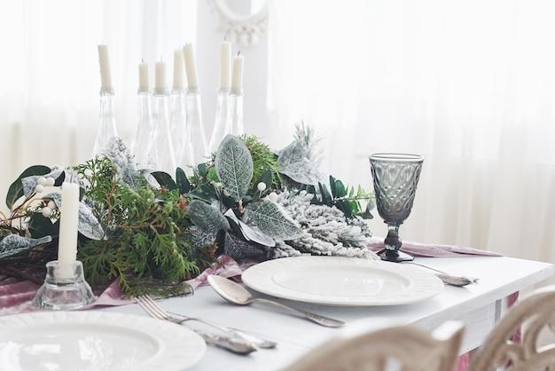 Tafel geserveerd voor kerstdiner in de woonkamer