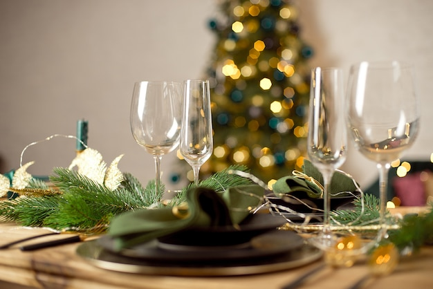 Tafel geserveerd voor kerstdiner in woonkamer,