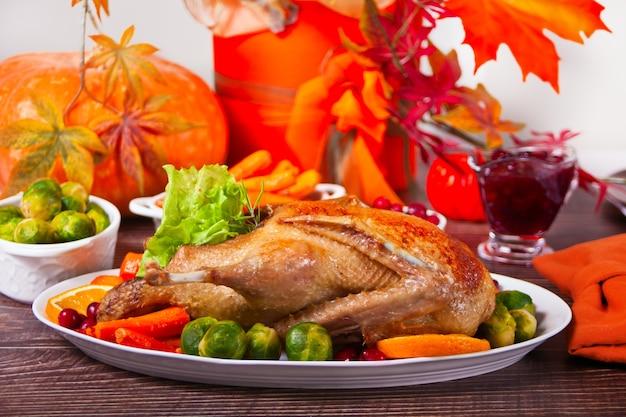 Tafel geserveerd voor thanksgiving-diner gevulde geroosterde kalkoen