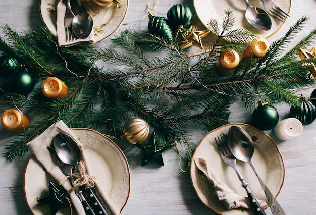 Tafel geserveerd voor winterdiner in de woonkamer. close-up weergave, tabel instelling. kerst- en winterdecoraties.