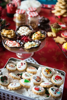 Tafel in een huis met kerstsnoepjes