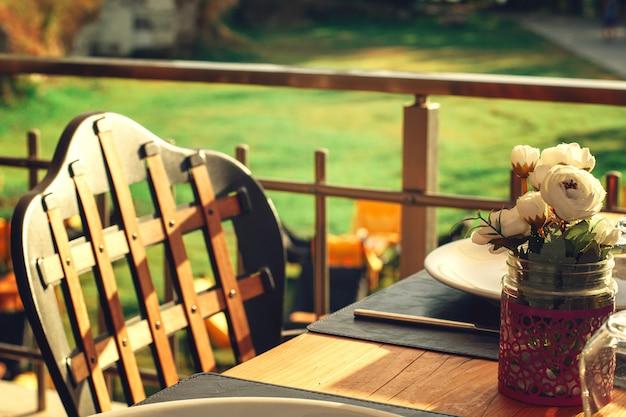 Tafel in een zomercafé geserveerd
