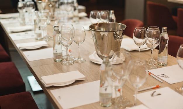 Tafel in het restaurant, geserveerd voor een wijnproeverij.