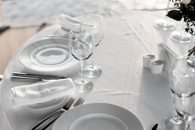 Tafel in restaurant op lichte achtergrond voor een romantisch bruiloftsdiner of feest