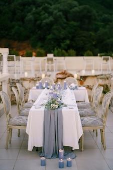 Tafel ingericht voor een huwelijksreceptie