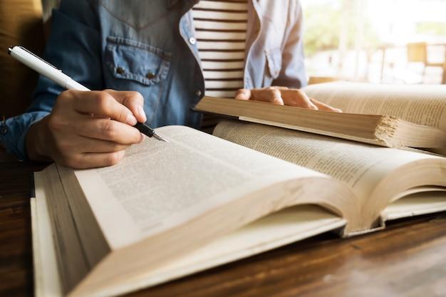 Tafel lezen idee universiteit ruimte meisje