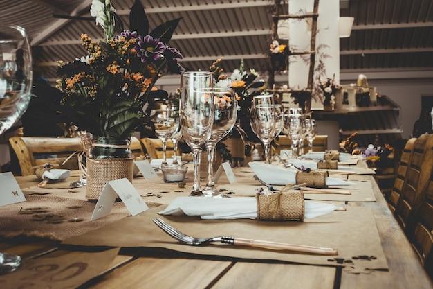 Tafel met bloemen in potten in het restaurant