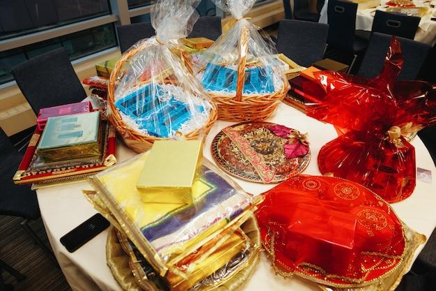 Tafel met cadeautjes en geschenken op traditionele indiase huwelijksceremonie