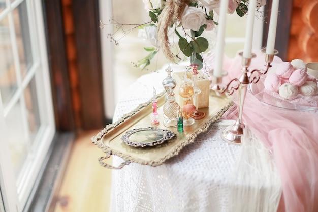 Tafel met decoraties en snoep in een houten huis in de buurt van het raam