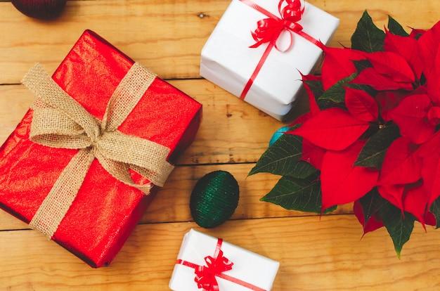 Tafel met dozen kerstcadeaus en pot met kerstster