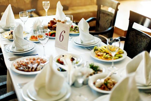 Tafel met eten en drinken