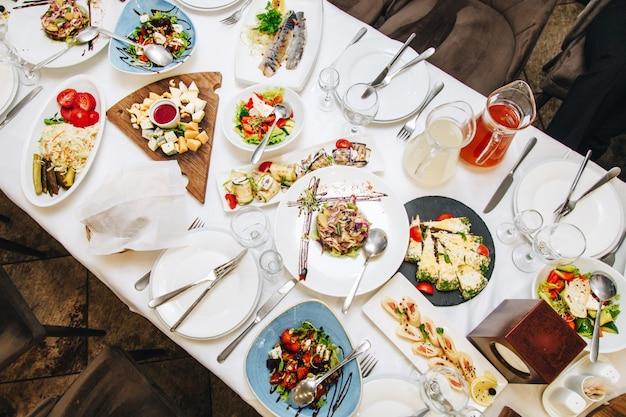 Tafel met eten in een café, bovenaanzicht