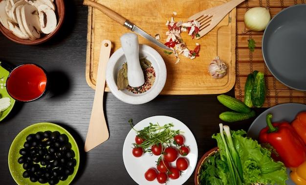 Tafel met groenten klaar voor een gezonde salade
