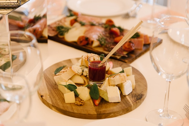 Tafel met hapjes en wijnglazen