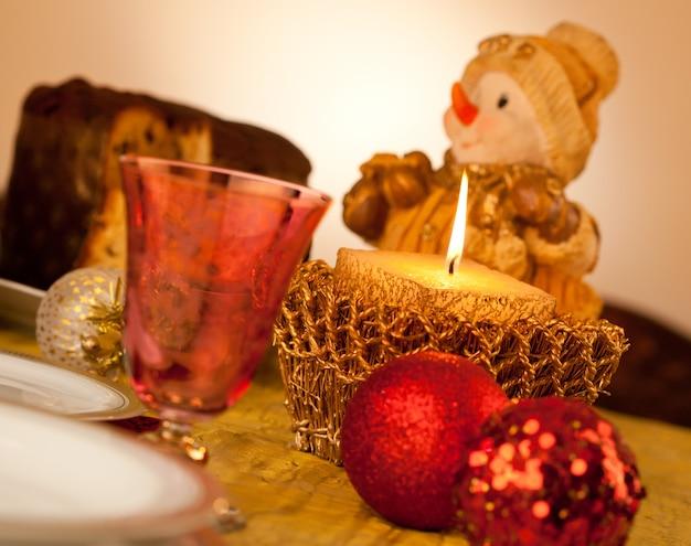 Tafel met kaars voor kerstdiner