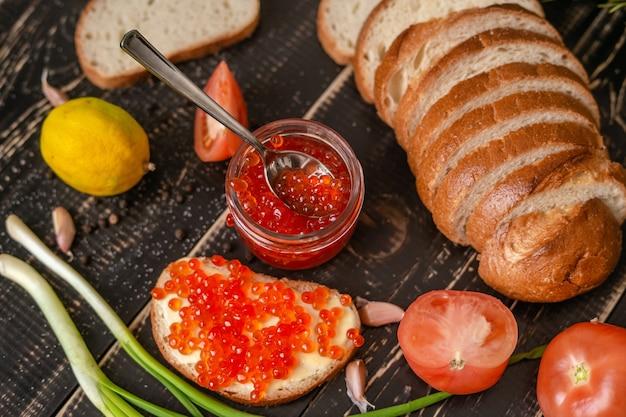 Tafel met producten voor sandwiches en snacks
