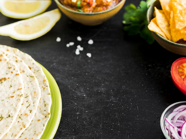 Tafel met quesadilla, nacho's en groenten