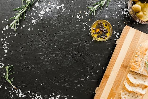 Tafel met snijplank en brood met olie
