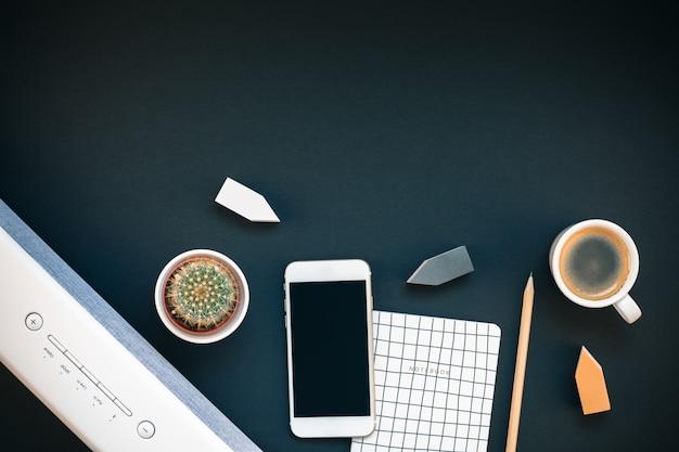 Tafel met soundbar mobiele telefoon en koffiekopje